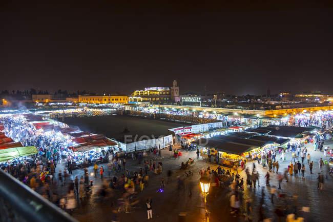 Marrocos, Marraquexe, vista sobre o mercado na Praça Djemaa el-Fna à noite — Fotografia de Stock