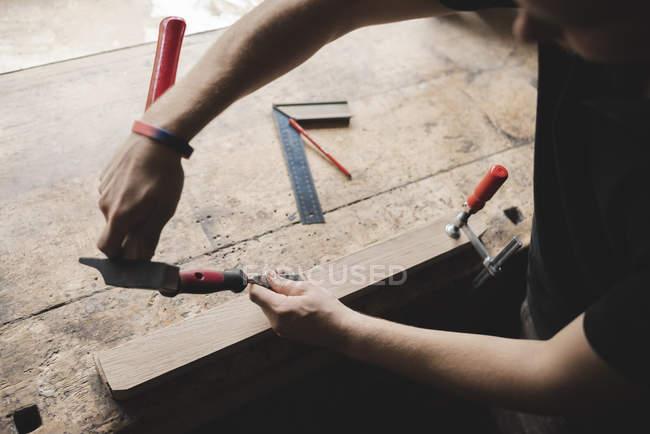Nahaufnahme des Schreiners, der in der Werkstatt an Holz stückweise arbeitet — Stockfoto