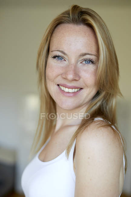 Portrait de jolie femme blonde sur fond flou — Photo de stock
