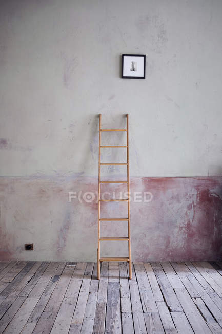 Ladder and picture in an unrenovated room in a loft — Stock Photo