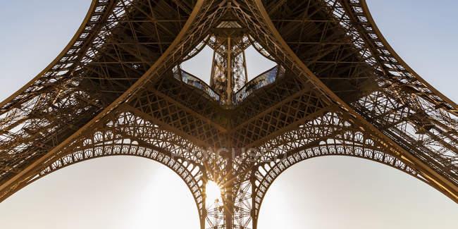 Франция, Париж, Эйфелева башня, вид червя на закате — стоковое фото