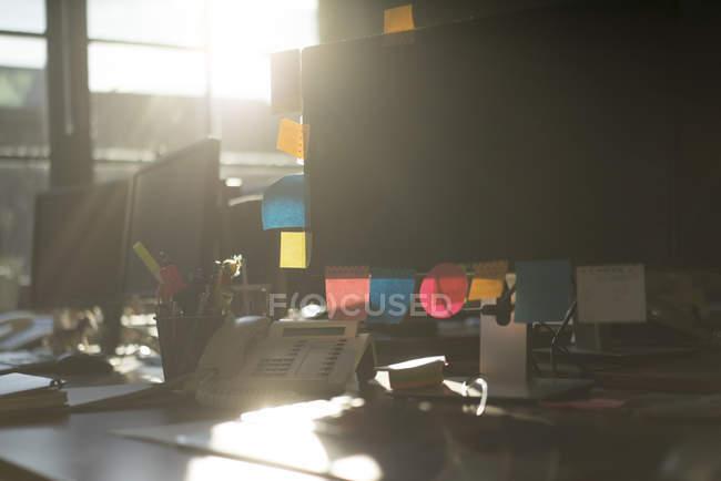 Note appiccicose in retroilluminazione su un monitor del computer — Foto stock