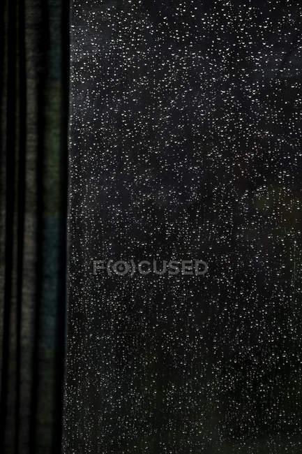 Gocce di pioggia sul vetro visto dall'interno — Foto stock