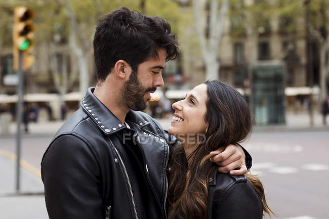 Glückliches junges Paar umarmt auf Straße — Stockfoto