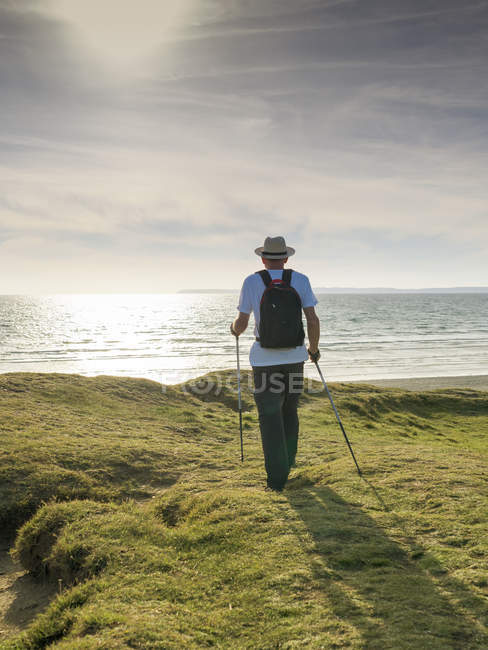Франція, Бретань, активна старша подорож по пляжу Трегера на заході сонця. — стокове фото