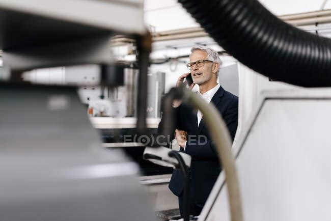 Менеджер разговаривает по телефону в высокотехнологичной компании — стоковое фото