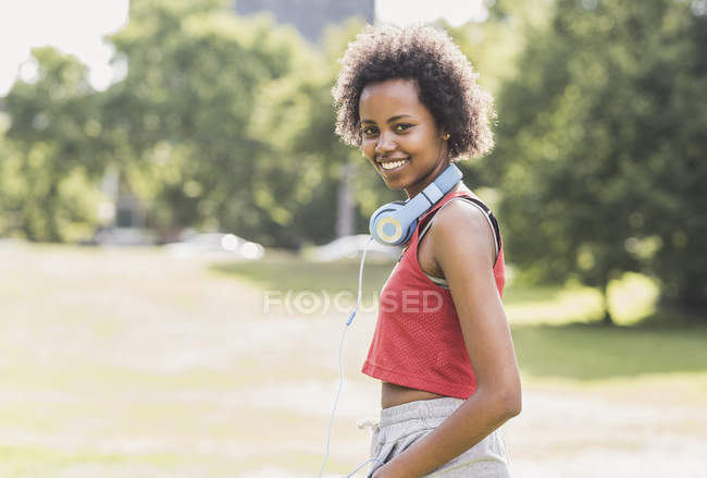 Retrato de una joven deportista sonriente en el parque - foto de stock