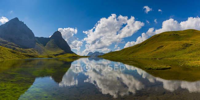 Germany, Bavaria, Allgaeu, Allgaeu Alps, Lake Rappensee, Hochrappenkopf and Kleiner Rappenkopf — Fotografia de Stock