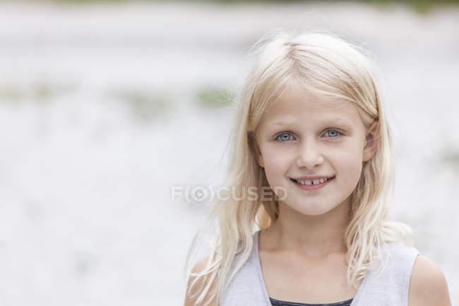 Porträt eines lächelnden Mädchens im Freien — Stockfoto