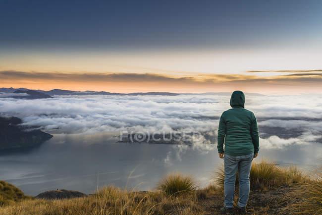 New Zealand, South Island, Wanaka, Otago, woman on Coromandel peak at sunrise — Stock Photo