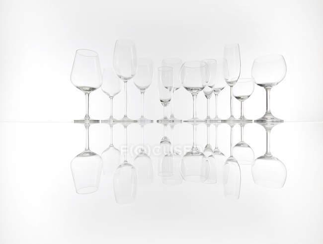 Verschiedene leere Gläser hintereinander — Stockfoto