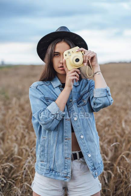 Портрет молодой женщины, фотографирующей зрителя — стоковое фото