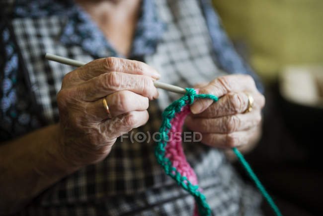 Mains de crochet de femme âgée, gros plan — Photo de stock