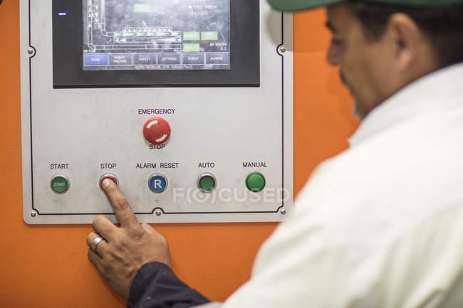 Trabalhador usando painel de controle — Fotografia de Stock