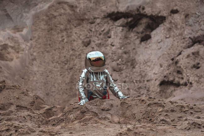 Spaceman explorant une planète sans nom dans le désert — Photo de stock