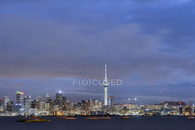 Nueva Zelanda, Isla Norte, Auckland, Skyline de Auckland al atardecer - foto de stock
