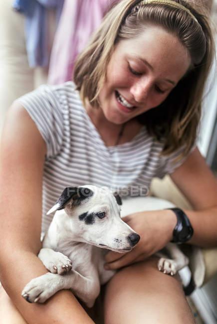 Cucciolo sulle ginocchia della ragazza — Foto stock