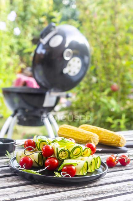 Brochetas a la parrilla vegetarianas a la parrilla, tomate, queso de oveja y rodajas de calabacín - foto de stock