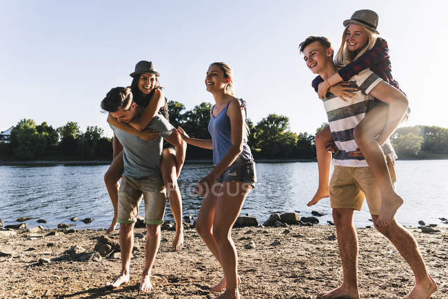 Gruppe glücklicher Freunde mit Spaß am Flussufer — Stockfoto