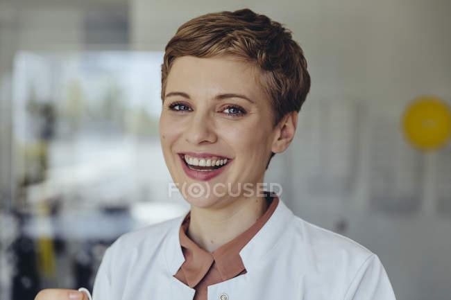 Ritratto di una dottoressa sicura di sé, che ride — Foto stock