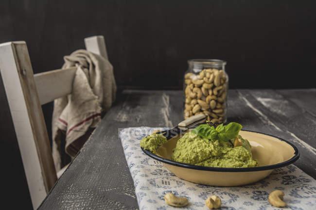 Tartinade de noix de cajou d'avocat avec le basilic sur l'assiette, couteau — Photo de stock