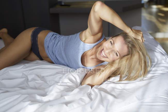 Вранці в ліжку лежав портрет веселої блондинки. — стокове фото