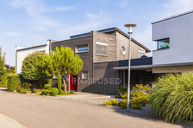 Germany, Karlsruhe, Modern one-family houses in Hohenwettersbach — Stock Photo
