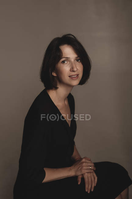 Портрет женщины в черном платье — стоковое фото