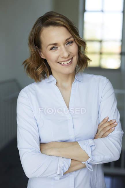 Porträt einer lächelnden Geschäftsfrau — Stockfoto