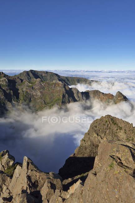 Madeira, Pico Ruivo, mar de nuvens abaixo dos picos de montanha vistos do pico do Areeiro — Fotografia de Stock