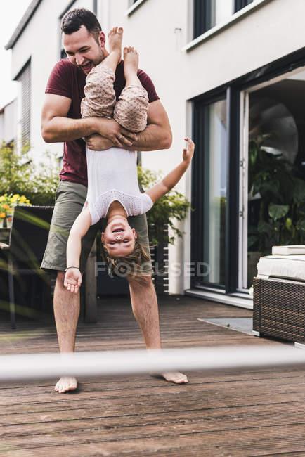 Padre e figlia si divertono in giardino — Foto stock