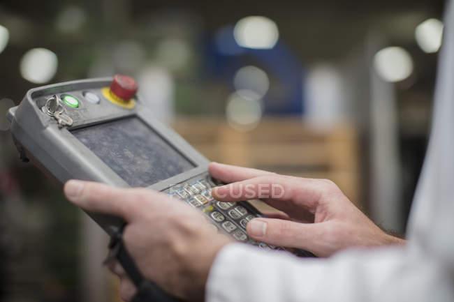 Lavoratore tramite pannello di controllo — Foto stock