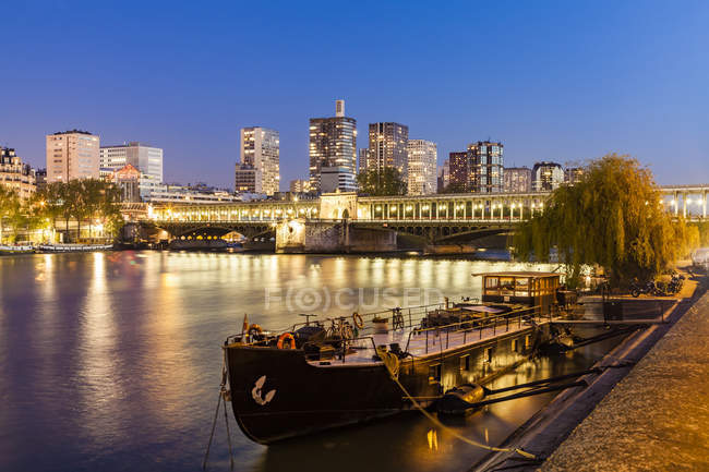 France, Paris, Pont de Bir-Hakeim, Seine river, modern high-rise buildings at blue hour — стоковое фото