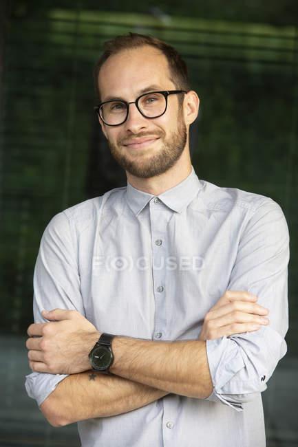 Retrato de homem de negócios descontraído usando óculos — Fotografia de Stock