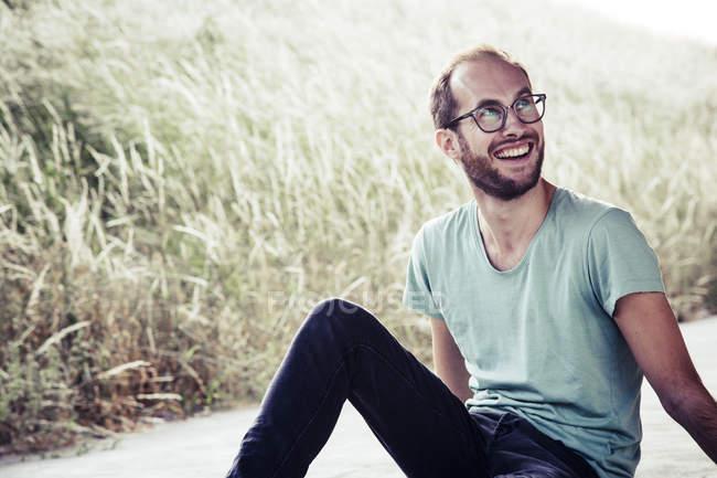 Портрет сміх чоловіка на відкритому повітрі — стокове фото