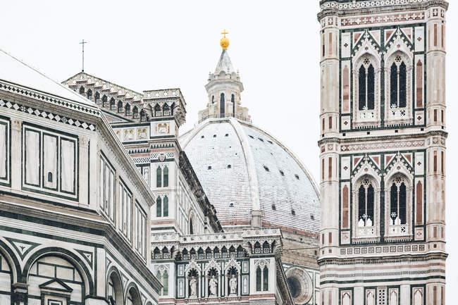 Itália, Florença, vista para a cúpula coberta de neve da Basílica de Santa Maria del Fiore — Fotografia de Stock