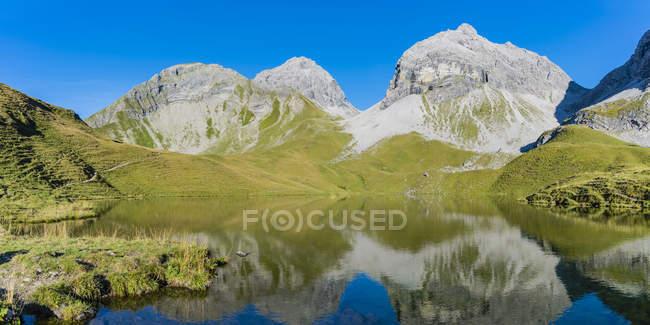 Germany, Bavaria, Allgaeu, Allgaeu Alps, Lake Rappensee, Linkerskopf, Rothgundspitze and Hochgundspitze — Fotografia de Stock