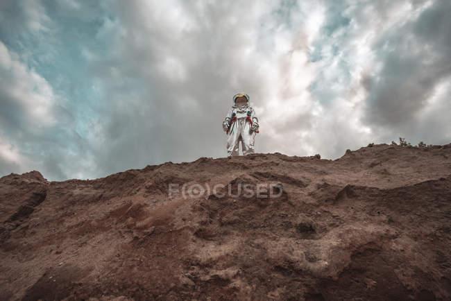 Homem do espaço em pé no penhasco do planeta sem nome — Fotografia de Stock
