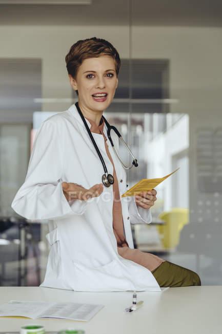 Portrait of a confident female doctor, explaining treatment — Stock Photo