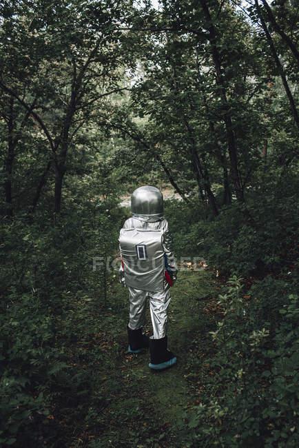 Spaceman que explora a natureza, andando na floresta — Fotografia de Stock