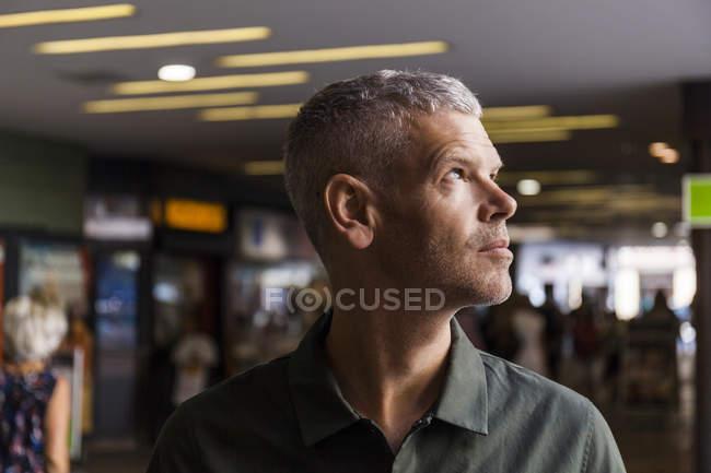 Портрет зрілої людини в місті дивлячись боком — стокове фото