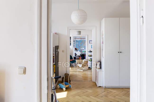 Interior de luz espaçoso apartamento com piso de madeira — Fotografia de Stock