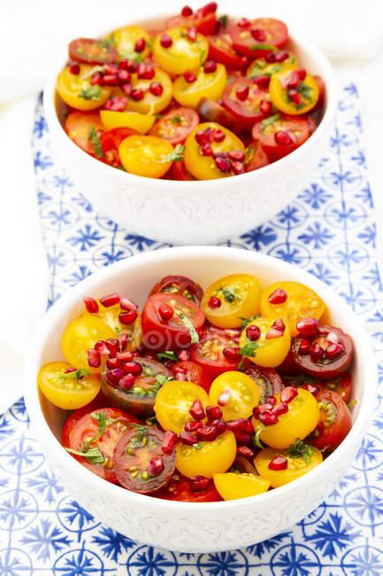 Salada de tomate oriental com sementes de romã e hortelã — Fotografia de Stock