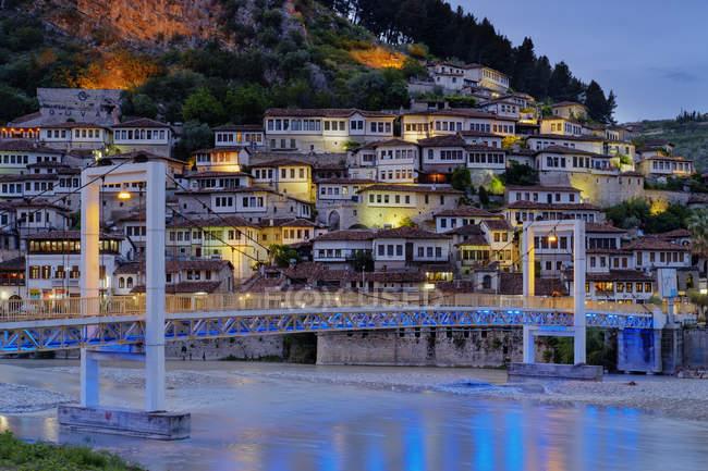 Албания, Берат Каунти, Берат, Мангалем, османские дома и замок рок в синий час, мост через реку Осум — стоковое фото