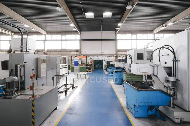Intérieur de l'atelier d'usine avec plancher bleu — Photo de stock