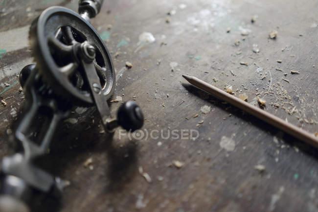 Nahaufnahme von Bohrmaschine und Bleistift in der Werkstatt — Stockfoto