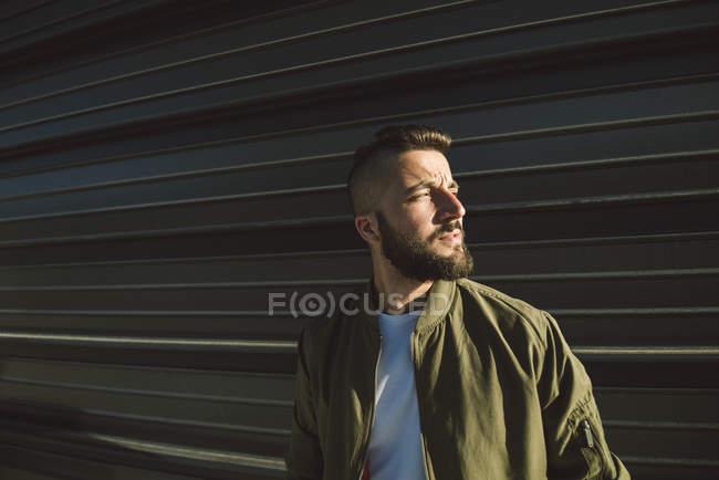 Portrait de jeune homme barbu avec tête rasée — Photo de stock