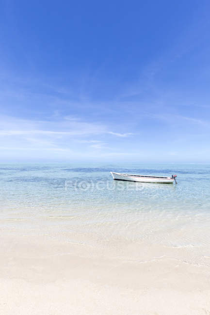 Mauritius, Riviere Noire District, motor boat in turquoise water — Fotografia de Stock