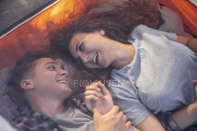 Close-up de feliz jovem casal descansando na tenda — Fotografia de Stock