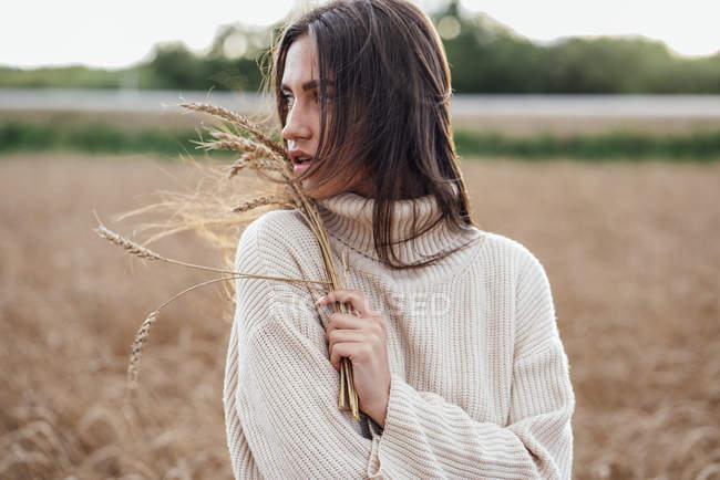 Porträt einer jungen Frau mit Ohren, die einen übergroßen Rollkragenpullover trägt — Stockfoto